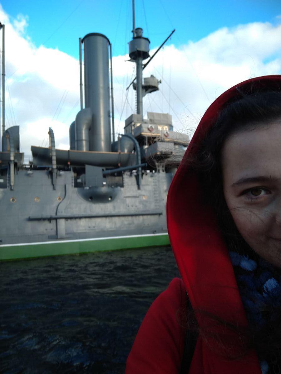 Hát, igen. Az Auróra meg én, Szentpéterváron. Nem látszom se én, se a hajó, de meg van örökítve, hogy ott voltam!