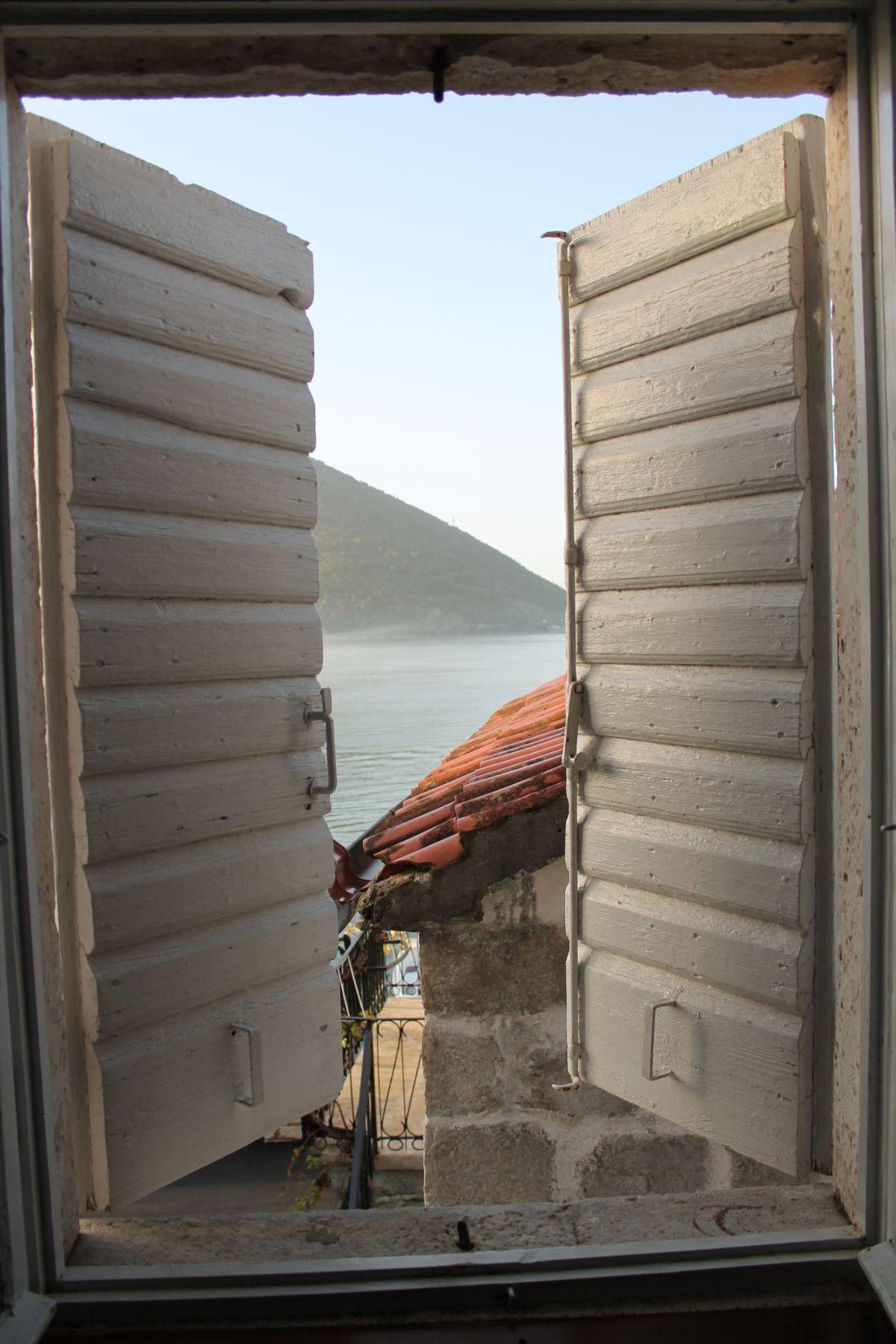 Zsalugáter és a kilátás a szállás ablakából, a Kotori öbölre