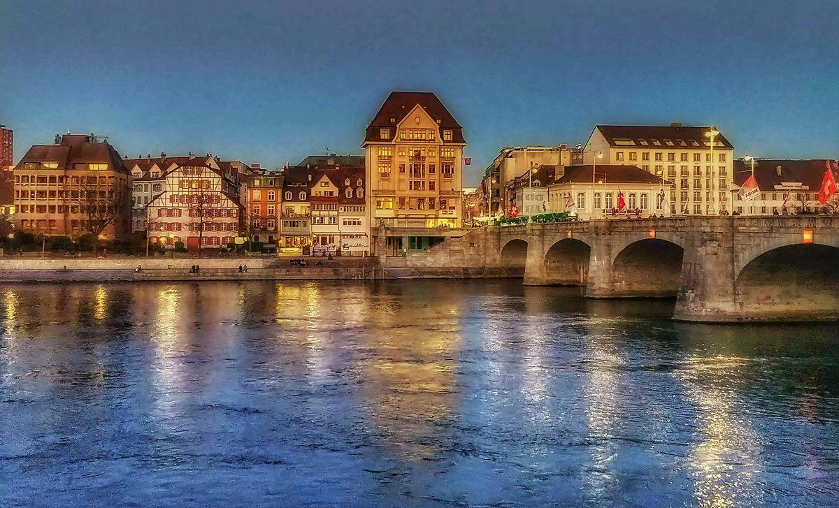 A Mittelbrücke, azaz középső híd, a legforgalmasabb hídjuk, ami a Rajnát szeli át