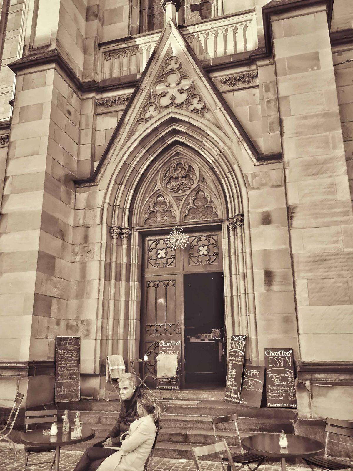 Sőt van olyan templom is, amiben egy kocsma (kávézó) üzemel