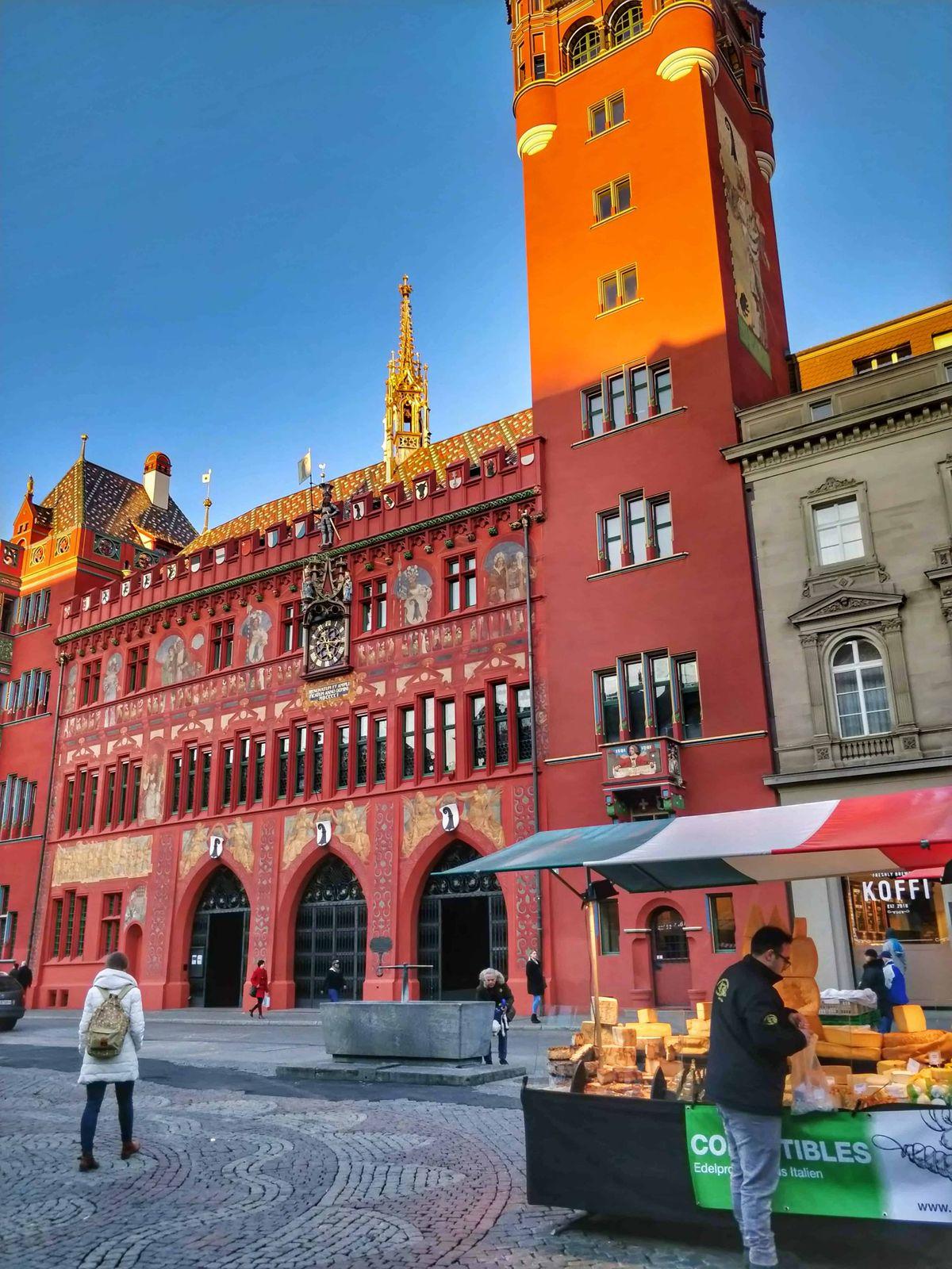 A piros városháza az első számú látnivaló. Az épület előtt mindennap vásár van, ahol megkóstolhatjuk a fenséges sajtokat is