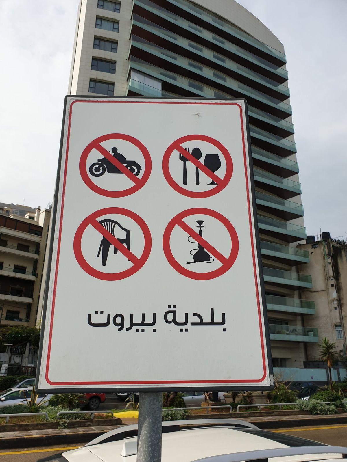 Bejrút a tiltások városa. Az utcán tilos enni, széken ülni, motorozni és vízipipázni.