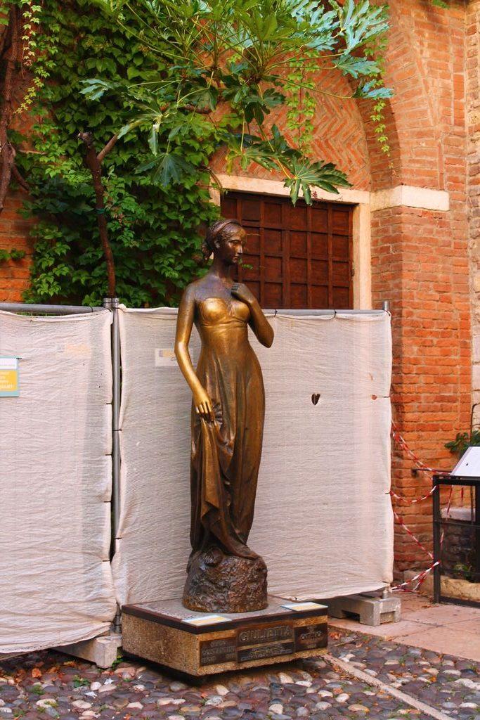 Júlia szobra Veronában